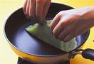 フライパンを中火でよく熱し、サラダ油をペーパータオルに含ませて薄くのばす。【1】を大さじ2流し入れ、フライパンを回して直径15cmほどの円形に薄くのばす。まわりが固まったら竹串で端をめくり、裏返してさっと焼く。残りも同様にして全部で10~12枚焼く。