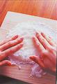 まな板に片栗粉適宜をふる。1の生地が熱いうちにゴムべらでまな板に移し、生地の表面にも片栗粉適宜をふる。粗熱が取れたら、直径15cmくらいの丸形になるよう、手でのばす。