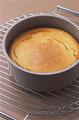 ケーキクーラーにのせ、さめたら型に入れたまま冷蔵庫に入れて冷やす。