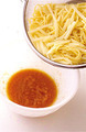 スパゲティがゆで上がる2分ほど前に、じゃがいもを【1】の鍋に加える。スパゲティがゆで上がったら、じゃがいもとともにざるに上げて湯をきり、すぐに【1】のボールに加えて全体をよくあえる。器に盛り、貝割れ菜を散らす。