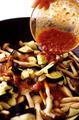フライパンにオリーブオイルを中火で熱し、なすとしめじを炒める。しんなりしたら、梅みそだれを回し入れて煮立てる。スパゲティがゆで上がったらざるに上げ、湯をきってからフライパンに加える。全体をさっと炒め合わせて器に盛り、しらがねぎをのせる。