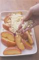 耐熱の器にりんごを入れ、クランブル生地を全体にふる。180℃のオーブンで30~40分焼き、生地の表面がきつね色になったら焼き上がり。