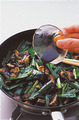 フライパンにサラダ油大さじ1を強火で熱し、うなぎとにらを入れて炒める。にらがしんなりしたら、酒大さじ2をふって混ぜ、うなぎのたれと、みりん、しょうゆ各大さじ2を加えて全体にからめる。器にご飯を等分に盛り、うなぎとにらを1/4量ずつのせる。