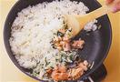 フライパンにバター大さじ2を入れて中火で熱し、鮭、玉ねぎを炒める。玉ねぎがしんなりとしたら小松菜を加えて炒め、しんなりとしたらご飯を加えて炒め合わせ、塩、こしょう各少々で薄めに味をつける。
