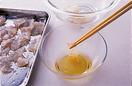 鯛はバットなどに並べ、塩大さじ1/2を全体にふって5分ほどおく。小さめの器に甘酢の材料を混ぜ合わせる。別の小さめの器に酢適宜を用意し、鯛を1切れずつ酢の中でかるく振って塩を洗い落とし、別のボールに入れていく。鯛に甘酢を加えてさっと混ぜ、5分ほどおく。桜の花の塩漬けは茎を切り、水洗いして塩を落とし、ペーパータオルでしっかりと水けを拭く。