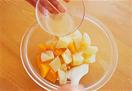 鍋にじゃがいも、にんじんと、かぶるくらいの水を入れて中火にかけ、煮立ってから4~5分ゆでる。にんじんに竹串を刺してみて、すーっと通るくらいになったら、ざるに上げて水けをきり、ボールに入れる。熱いうちにドレッシングを加えて混ぜ、さらにピザ用チーズを入れて全体にからめる。チーズがとろりとしたら、器に盛る。