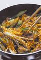 具を炒める  直径26cmのフライパンにサラダ油大さじ2を中火で熱し、豚肉、ねぎ、えのきだけを順に入れて炒める。肉の色が半分くらい変わったら、カレー粉を全体にふり入れて混ぜる。カレー粉がまんべんなくなじんだら、具をフライパンの端に寄せて、真ん中をあける。