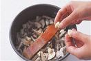炊飯器の内がまに米を入れ、水370mlを注ぐ。昆布をのせて10分ほどおく。酒大さじ2、しょうゆ大さじ1を加えてざっと混ぜ、しめじ、しいたけをまんべんなく広げる。鮭をのせてバター大さじ1をちぎって散らし、混ぜずに普通に炊く。