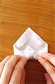 皮の手前を折ってひと巻きし、縁に指で1ののりを塗る。皮の左右を内側に折ってすきまなく巻き、巻き終わりをしっかりと留める。残りも同様に作る。