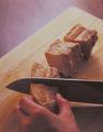 豚肉の粗熱が取れたら鍋から取り出して、それぞれ横4等分に切る。しょうが、赤唐辛子、ねぎの青い部分を取り出し、ゆで汁を万能こし器でボールにこし入れて、1と1/2カップ分を取り分ける。鍋はよく洗っておく。