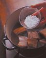 鍋に豚肉を戻し入れて酒1/2カップをふり、3で取り分けたゆで汁と、砂糖大さじ2を加えてさっと混ぜる。強めの中火にかけ、煮立ったら弱火にしてふたをする。10分ほど煮たら、しょうゆ1/2カップを加えて混ぜ、ふたをしてさらに50分ほど煮る。