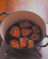 豚肉がほろりと柔らかくなったらでき上がり。時間があればそのままおいて一度さまし、食べる直前に温めると、より味がしみ込んでおいしくなる。1/2量を保存用に取り分け、残った豚肉をつけ合わせの青梗菜とともにさっと煮て、器に盛る。
