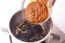 小鍋にみそ、ごま油各大さじ2を入れてよく混ぜ、弱めの中火にかける。焦げないように混ぜながら1分ほど炒め、香りが立ったら、ミートソースを少しずつ加えて、そのつどよく混ぜ合わせる。全量加えたら弱火にし、5分ほど煮て火を止める。