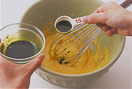 薄力粉とベーキングパウダーを加えて泡立て器で粉っぽさがなくなるまで混ぜてから、抹茶液を大さじ1/2~1ずつ加えながら混ぜ、牛乳を加えて混ぜ合わせる。