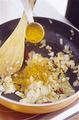 フライパンにサラダ油大さじ1と、赤唐辛子、あればローリエを入れて弱火にかける。香りが立ったら、玉ねぎ、にんにく、しょうがを加え、強火にして炒め合わせる。油がなじんだらカレー粉を加え、全体にからめながら、中火で3~4分炒める。