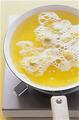 フライパンにサラダ油を深さ2cmくらいまで入れて、中温(170~180℃。乾いた菜箸の先を底に当てると、細かい泡がシュワシュワッとまっすぐ出る程度)に熱する。バナナをころもにくぐらせてから入れ、ときどき返しながら3分ほど揚げて、油をきる。粗熱が取れたら、茶こしを通して1/2量にココアパウダーを、残りの1/2量に粉砂糖をふる。