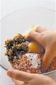 ボールにひき肉だねの材料を入れ、手でよく練り混ぜる。粘りが出たら8等分にして丸め、小麦粉を薄くまぶす。揚げ油を高めの中温(180℃。乾いた菜箸の先を鍋底に当てると、細かい泡がシュワシュワッとまっすぐ出る程度)に熱し、丸めたたねを入れて、ときどき返しながら4~5分揚げ、油をきる。