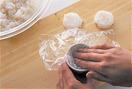 直径4cmくらいのプリンカップ(なければ底が平らな大きめのおちょこなど)に、長さ約20cmに切ったラップをぴっちりと敷き込み、1のご飯の1/6量を入れる。カップからはみ出したラップをご飯にかぶせ、上からしっかりと押さえてならし、ラップごと取り出す。同様にして、合計6個作る。