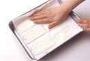 豆腐は横6~8等分に切り、ペーパータオルを敷いたバットに並べる。さらにペーパータオルをかぶせてかるく押さえ、10分ほどおいて水きりする。ボールにカレークリームソースの材料を混ぜ合わせる。ツナは缶汁をきる。