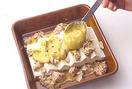 耐熱の器にカレークリームソースの1/2量を敷き、豆腐を少しずつ重ねて並べ、ツナを全体に広げてのせる。残りのカレークリームソースをかけてパン粉大さじ3を散らし、オーブントースターに入れて4~5分焼く。こんがりと焼き色がついたら取り出し、パセリのみじん切りを散らす。