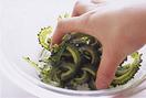ゴーヤーは縦半分に切り、スプーンで種とわたを取る。横に薄切りにしてボールに入れ、塩少々をふって5分ほどおく。しんなりとしたら手でかるくもみ、出てきた水けをしっかりと絞る。ツナは缶汁をきる。別のボールに卵を割り入れ、塩少々を加えて溶きほぐす。