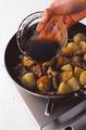 同じフライパンにサラダ油大さじ2をたし、1のじゃがいもを入れて強火で炒める。じゃがいもに焼き色がついたら、3の豚肉を戻し入れてさっと炒め合わせる。合わせ調味料を加えてやや火を弱め、全体にからめながら、さらに2~3分炒める。器に盛り、2のねぎと貝割れ菜をのせる。