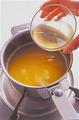 オレンジジュースを小鍋に入れて中火にかけ、温まったらグラニュー糖を加え、木べらで混ぜて溶かす。火を止めて【1】のゼラチンを加え、全体が均一になるように、さらに大きく混ぜ合わせる。