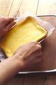 粗熱が取れたら、バットからオーブン用シートごと取り出して、カッティングボードなどに移す。そのまま冷蔵庫に入れ、1~2時間(できれば一晩)おいてケーキを落ち着かせる。