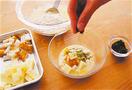 小さめの器2個に、チーズとちくわを1/6量ずつ入れ、それぞれ小麦粉少々をふってひと混ぜする。ころもと青のりを1/6量ずつ加えて、全体にからめる。