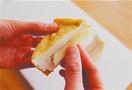 厚揚げとチーズは、それぞれ斜め半分に切る。厚揚げの切り口に、包丁の刃先で縦に1本切り目を入れ、チーズを1切れずつ入れる。小さめの器に、ケチャップしょうゆの材料を混ぜ合わせる。