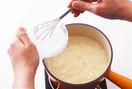 豆乳クリームを作る。小鍋に豆乳、砂糖を入れて中火にかけ、沸騰したら火を弱める。水溶きコーンスターチをもう一度混ぜながら回し入れ、泡立て器で手早く混ぜてなめらかにし、火からおろす。バットなどに流し入れ、表面が乾燥しないようにラップをぴっちりとはりつける。粗熱が取れたら冷蔵庫で冷やす。