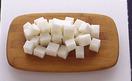 大根はピーラーで皮をむき、1.5cm角に切る。小さめの器に片栗粉、水各大さじ1を混ぜ合わせ、水溶き片栗粉を作る。