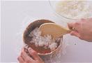 ご飯の1/2量を入れ、手でギュッと押さえてならす。青じその葉6枚を全体に広げて重ね、さらに、残りのサーモンを汁けをきらずに全体に広げてのせる。残りのご飯を入れ、手で押さえてならし、ラップごと取り出して器の上に返す。仕上げに、真ん中にせん切りにした青じその葉をこんもりとのせる。食べやすい大きさに切り分け、好みでしょうゆ適宜をつけていただく。