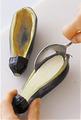 なすはへたの先を切り、へたのまわりに包丁でぐるりと浅く切り目を入れてがくを取り除く。まな板の上に横長に置き、がくを残して厚みの1/4をそぎ切る。身が皮から5mmくらい残る程度に、包丁で皮と身の間に切り込みを入れ、スプーンで身をくりぬいてから水に2~3分さらす。ペーパータオルで水けを拭き、なすの内側に茶こしを通して小麦粉を薄くふる。くりぬいた身とそぎ切りにしたなすは、ともにみじん切りにする。