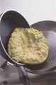 フライパンをさっと洗って水けを拭く。サラダ油大さじ1/2を中火で熱し、【2】を流し入れて大きく混ぜる。卵が半熟状になったらふたをして1~2分焼き、火を止める。フライパンよりひとまわり大きいふたの上に、オムレツをすべらせるようにして取り出す。フライパンを裏返してかぶせ、ふたごとひっくり返してオムレツを戻し入れ、中火でさらに1分ほど焼く。4等分に切り分けて器に盛り、好みでトマトケチャップ適宜をかけていただく。
