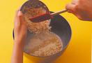 ドーナツ生地を作る  バターは別の耐熱容器に入れ、ラップをせずに電子レンジで約20秒加熱して溶かす。ボールに卵、牛乳、三温糖80gを入れて泡立て器でよく混ぜ、おからを加えてゴムベらで混ぜる。強力粉、薄力粉、ベーキングパウダーを合わせて万能こし器でふるい入れ、さっくりと混ぜてさつまいも、溶かしバターを加えて混ぜる。生地をまとめてラップをかけ、冷蔵庫に30分おく。
