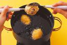 揚げる  揚げ油を中温(170℃。菜箸をぬれぶきんでさっと拭いて入れると、勢いよく泡が出てくる程度)に熱し、生地をスプーン2本でだ円形にまとめながら落とし入れる。途中、返しながら5分ほど揚げ、きつね色になったら油をきって器に盛り、好みで三温糖適宜をふる。