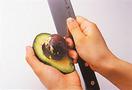 アボカドは包丁で縦にぐるりと切り目を入れ、両手でひねって半分に割る。さらに包丁の刃元を種に刺してねじりながら取り除き、手で皮をむく。大きめの一口大に切って器に盛り、レモン汁を回しかける。
