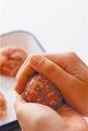 ザー菜は粗いみじん切りにする。ボールに豚肉、たね用の材料、ザー菜を入れ、全体に粘りが出るまで手で練り混ぜ、たねを作る。たねを6等分し、手を水でさっとぬらして1つずつ丸め、全体に白いりごまをまぶす。
