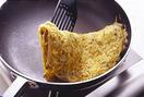 ボールに卵を割りほぐし、1のもやしとザー菜を加え、帆立て貝柱も缶汁ごと加える。さらにごま油少々を加え、よく混ぜ合わせる。フライパンにサラダ油大さじ1/2を中火で熱し、卵液を流し入れて全体に広げる。菜箸で大きく混ぜながら焼き、ふんわりと半熟状になったら半分に折り、さらに半分に折って取り出す。半分に切り、器に盛る。