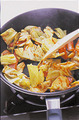 にんにく、赤唐辛子、キャベツのしんのついている部分を順に入れて炒め、香りが立ったら、ソーセージ、残りのキャベツを入れて炒める。キャベツがしんなりしたら、トマトケチャップ大さじ4、とんカツソース大さじ1、粗びき黒こしょう少々を加えて混ぜ合わせる。スパゲティを戻し入れて全体を混ぜ、器に盛る。