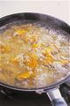 ペンネがゆで上がる4分ほど前に、フライパンにかぼちゃを加え、ペンネがゆで上がったら、ともにざるに上げて湯をきる。フライパンをさっと洗って水けを拭き、【1】で合わせたクリームソースを入れて中火にかける。