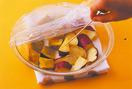 さつまいもをレンジにかける  クランブル生地のバターは1.5cm角に切って冷蔵庫で冷やす。さつまいもは洗って皮をむかずに一口大に切り、水にさらしてざるに上げ、水けをきる。かぼちゃはスプーンで種とわたを取り除き、あれば堅い部分をそぎ落として、一口大に切る。耐熱容器にさつまいもとかぼちゃを並べ、ラップをかけて電子レンジで2~3分、竹串がすーっと通るくらいになるまで加熱する。