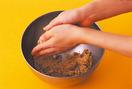 クランブル生地を作る  別のボールにクランブル生地の材料を入れ、バターを指でつぶしてなじませ、両手をこすり合わせながらぽろぽろのそぼろ状にする。