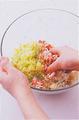 ねぎ、にんにく、しょうがはそれぞれみじん切りにする。ボールにひき肉、キャベツとともに入れ、下味の材料を加えて、全体に粘りが出るまでよく練り混ぜる。