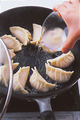 水1/3カップを注いで強火にし、ふたをして3分ほど蒸し焼きにする。
