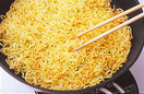 フライパンにサラダ油大さじ2を中火で熱して麺を入れ、菜箸でほぐしながら7~8分炒める。焼き色がついたら器に盛る。続けてフライパンにサラダ油大さじ2を加えて強めの中火で熱し、豚肉を炒める。火が通ったら玉ねぎ、きくらげ、れんこん、赤ピーマンを入れ、合わせ調味料を加えて1分ほど炒める。水溶き片栗粉を回し入れて手早く混ぜ、酢大さじ5を加えて火を止める。器に盛った麺にかけ、貝割れ菜をのせる。