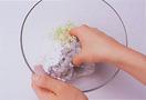 ボールに、えび、ねぎのみじん切り、片栗粉大さじ2、ごま油小さじ1、塩小さじ1/3を入れて、よく練り混ぜてたねを作る。うどんをざるに入れ、熱湯を回しかける。