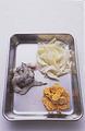 えびは殻をむいて、竹串で背わたを取り、ペーパータオルで水けを拭く。玉ねぎは縦に幅5mmに切る。マッシュルームは缶汁をぎゅっと絞る。