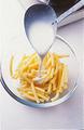 グラタン皿にバターを薄く塗る。オーブンを200℃に温めはじめる。マカロニに、ホワイトソースの1/3量を加えてからめ混ぜ、グラタン皿に盛る。
